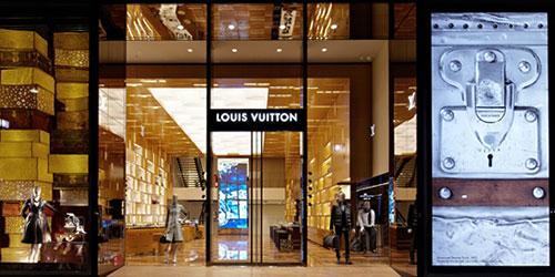ルィ・ヴィトンは、世界中の店舗空間にて、現代建築をリードする国内外の建築家たちとコラボレートして、ショップのデザインをしています。 建物全体をデザインし、街